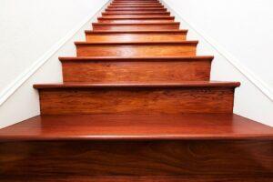 Изготовление лестниц из дерева на заказ в Москве